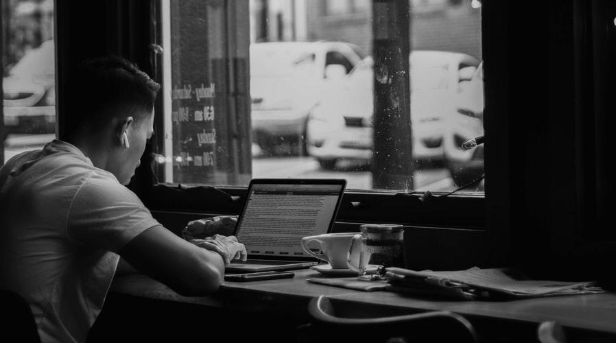 Delo na daljavo ni samo delo od doma, lahko delamo kjerkoli, na primer v umirjeni kavarni. © Kiyun Lee/ Unsplash