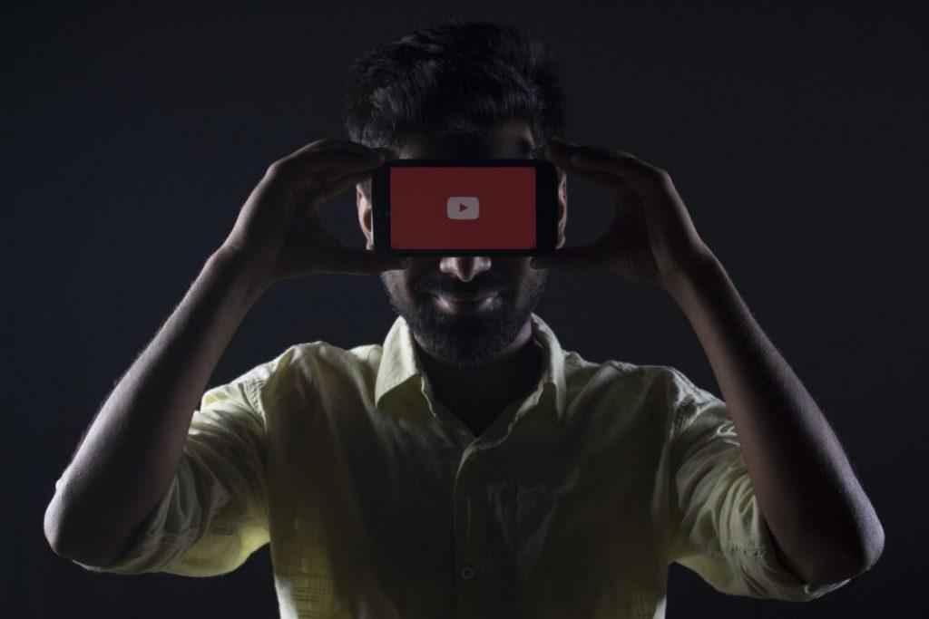 Ustvarjalci si bodo na Youtubu po novem lahko pomagali z govornim robotom. © Unsplash/Rachit Tank