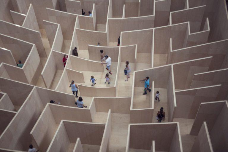 Naši možgani so pravzaprav ogromen labirint, zato se tudi psihološke teorije šele zares rojevajo. © Unsplash/Susan Yin