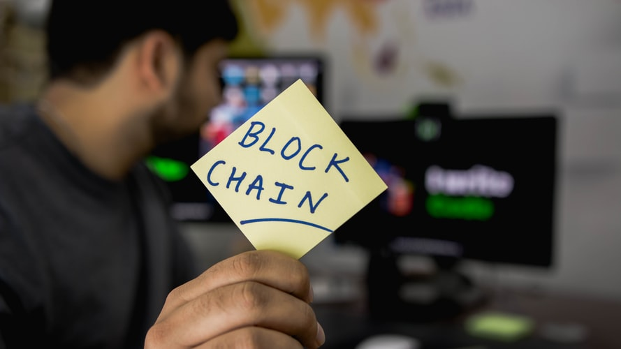 """""""Blockchain"""" je zaporedje podatkovnih blokov, ki so kriptografsko zaščiteni in medsebojno povezani v verige. © Unsplash/Hitesh Choudhary"""