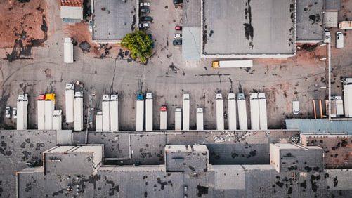 Polovica tovornih vozil na cesti je praznih ali delno praznih. © Unsplash/Ivan Bandura