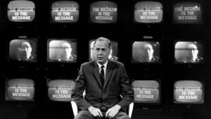 """Marshall McLuhan se leta1965 ni mogel zavedati, da bo njegova teorija o """"globalni vasi"""" prestopila v digitalnost. © CBC Still Photo Collection"""