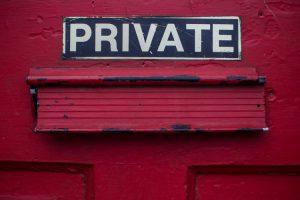 Pri WhatsAppu so na začetku leta 2021 predstavili nov pravilnik o zasebnosti in takoj zakuhali velik škandal, ki ga s pridom izkoriščajo konkurenčna podjetja, kot sta Telegram in Signal. © Unsplash/Dayne Topkin