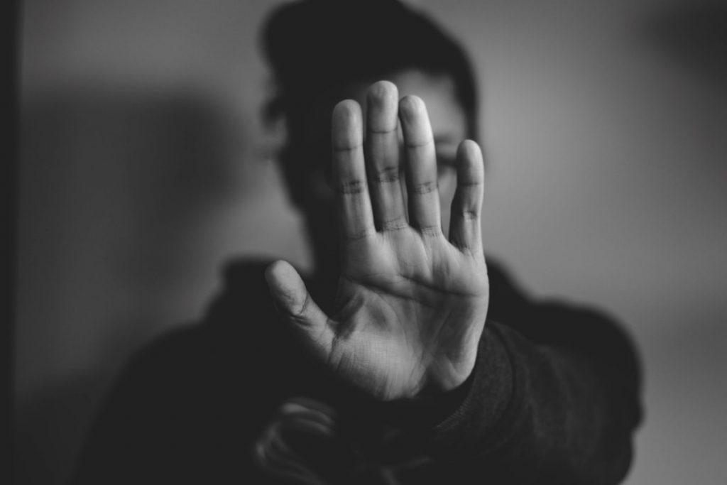 Lažna identiteta morda sploh ni razlog, da se na internetu vsakodnevno dogajajo zlorabe. © Nadine Shaabana/Unsplash